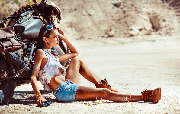Картинка песок, лето, девушка, пистолет, усталость, шорты, жара, ботинки, майка, брюнетка, очки, мотоцикл, Harley Davidson, байк