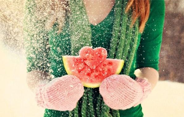 Картинка зима, девушка, снег, любовь, сердце, арбуз, рыжая, love, шатенка, день валентина, варежки, чувство, Valentine's Day