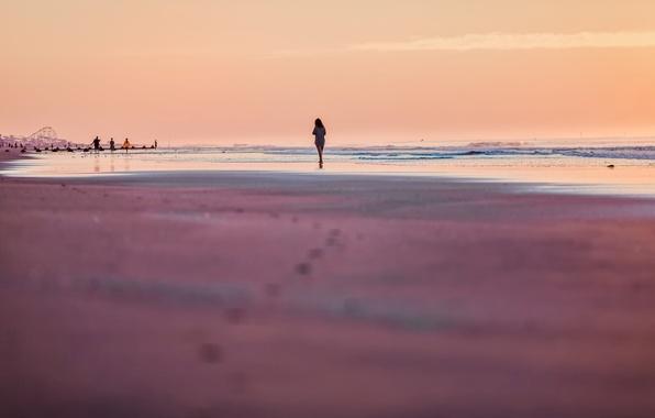 Картинка песок, море, пляж, лето, небо, девушка, люди, отдых, романтика, настроения, волна, вечер, силуэт