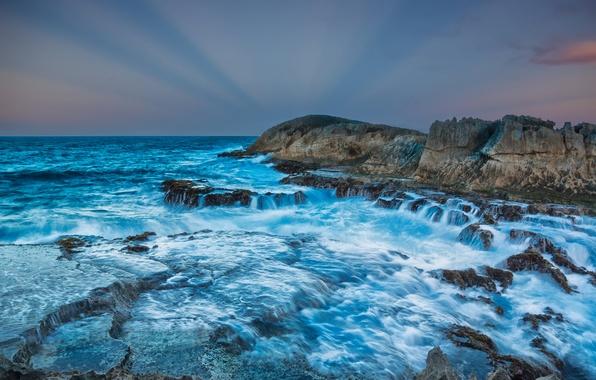 Картинка море, небо, облака, лучи, закат, брызги, шторм, камни, скалы