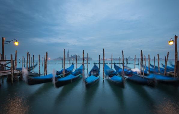 Картинка небо, тучи, город, лодки, вечер, фонари, Италия, Венеция, канал, Italy, гондолы, Venice, Piazza San Marco, …