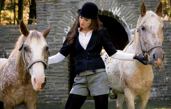 Картинка животные, девушка, конь, черно-белый, лошадь, шорты, кони, шляпа, макияж, лошади, брюнетка, шортики, наездница, широкоформатные обои, …