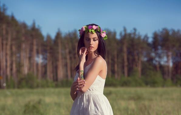 Картинка поле, лес, девушка, деревья, природа, модель, портрет, платье, брюнетка, тату, прикосновение, sexy, красивая, венок, сосна, ...
