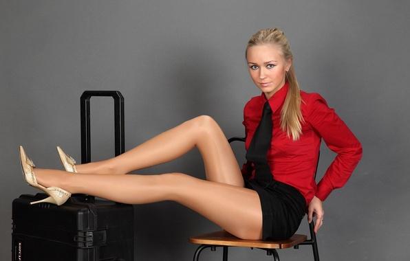 Картинка девушка, модель, юбка, кольцо, блондинка, стул, галстук, туфли, блузка, каблуки, чемодан, колготки, рубашка, Alena