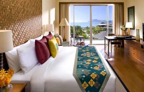 Картинка море, цветы, дизайн, город, стиль, пальмы, стол, лампы, комната, вид, кровать, интерьер, светлый, подушки, стул, …