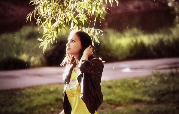Картинка лето, взгляд, солнце, свет, лицо, улыбка, парк, дерево, Девушка, фигура, стройная, брюнетка, Girl, light, summer, ...