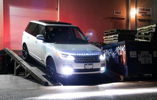 Картинка белый, ночь, здание, white, вид спереди, range rover, свет фар, ренж ровер, ленд ровер, supercharged, …