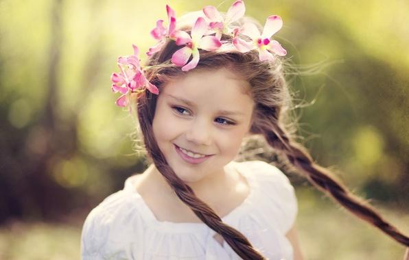 Картинка взгляд, цветы, дети, лицо, улыбка, фон, движение, widescreen, обои, настроения, размытие, девочка, косички, wallpaper, цветочки, …