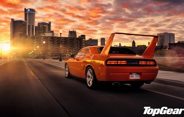 Картинка дорога, небо, закат, оранжевый, город, тюнинг, фонари, Top Gear, Dodge, Challenger, спойлер, мускул кар, вид …