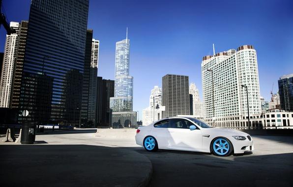 Картинка белый, город, бмв, тень, BMW, white, небоскрёбы, мегаполис, E92, бетонные блоки, IND