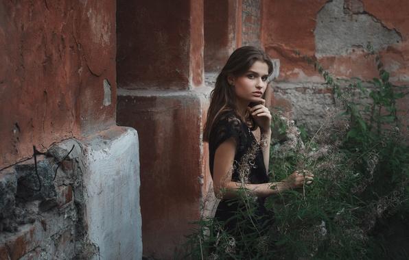 Картинка взгляд, девушка, задумчивость, дом, стена, настроение, милая, модель, одежда, здание, портрет, платье, черное, разруха, шатенка, …
