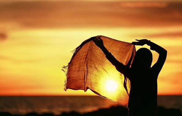 Картинка небо, девушка, солнце, закат, фон, движение, widescreen, обои, настроения, спокойствие, тишина, руки, шарф, фигура, горизонт, …