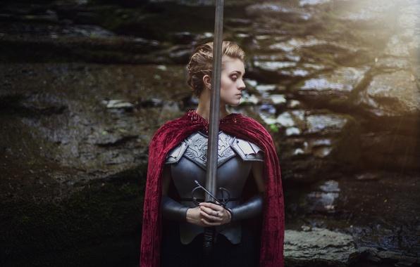 Картинка девушка, лицо, фон, волосы, меч, доспехи, плащ