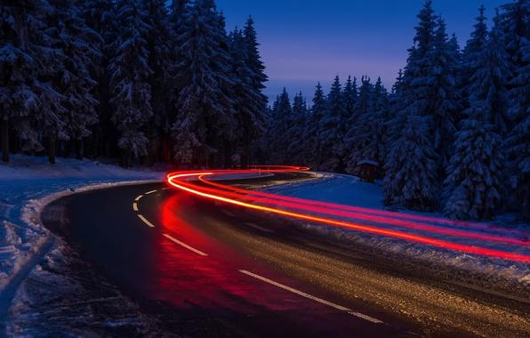 Картинка зима, дорога, лес, свет, снег, ночь, огни, выдержка
