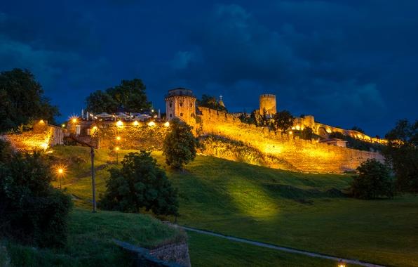 Картинка зелень, трава, деревья, ночь, огни, стены, спуск, склон, холм, башни, крепость, Сербия, Belgrade Fortress