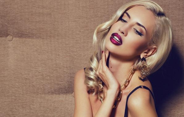 Картинка девушка, украшения, ресницы, рука, серьги, макияж, блондинка, лямки