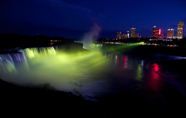 Картинка свет, ночь, город, огни, река, водопад, дома, США, прожектор, Niagara Falls, Ниагарский Водопад