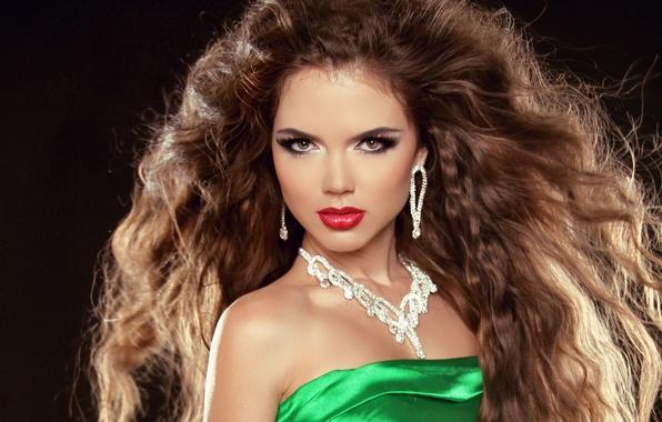 Картинка взгляд, девушка, украшения, модель, волосы, серьги, макияж, платье, зеленое, кудри, карие глаза