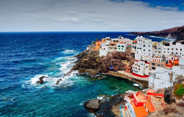 Картинка природа, камни, пасмурно, океан, скалы, побережье, здания, дома, Испания, Канарские острова, Playa La Caleta de …