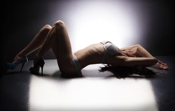 Картинка девушка, свет, лицо, поза, отражение, волосы, тень, руки, нижнее белье, пол, профиль