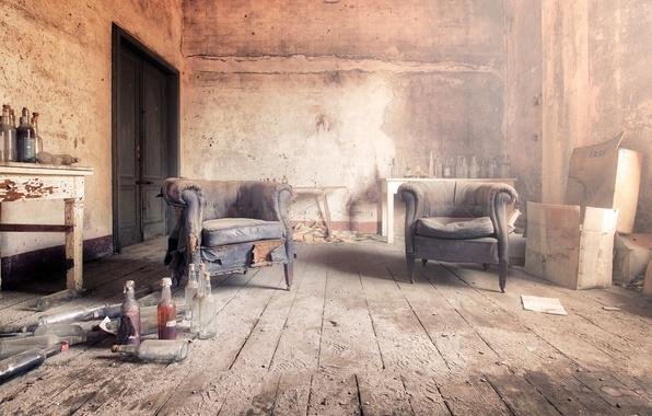 Картинка комната, кресла, бутылки