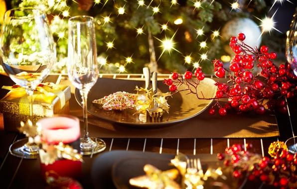 Картинка зима, ягоды, стол, звезда, свечи, приборы, Новый Год, бокалы, Рождество, подарки, тарелки, посуда, красные, Christmas, …