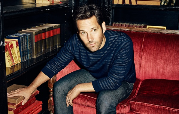 Картинка диван, книги, джинсы, фотограф, актер, журнал, фотосессия, джемпер, 2015, The Hollywood Reporter, Paul Rudd, Пол …