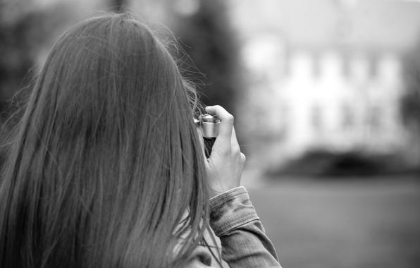 Картинка девушка, фон, widescreen, черно-белый, обои, настроения, волосы, камера, фотоаппарат, фотограф, wallpaper, широкоформатные, camera, background, полноэкранные, …