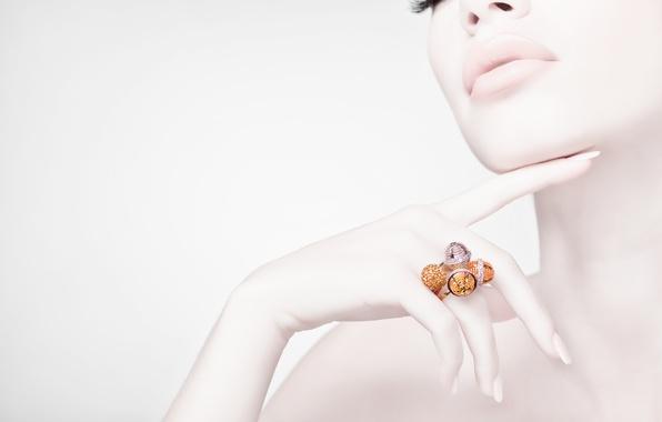 Картинка девушка, камни, золото, рука, кольцо, белый фон, украшение
