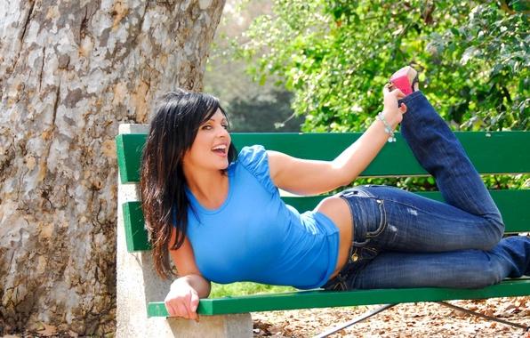 Картинка грудь, улыбка, дерево, модель, джинсы, майка, брюнетка, Denise Milani, скамья