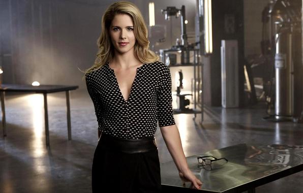 Картинка девушка, стол, актриса, очки, блондинка, сериал, Arrow, Стрела, season 2, Emily Bett Rickards, Felicity Smoak, …