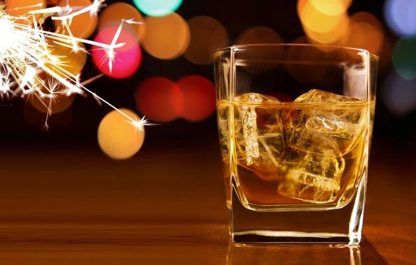 Картинка лед, кубики, бокал, искры, виски, боке