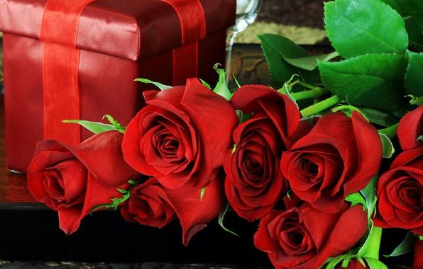 Картинка листья, цветы, праздник, коробка, подарок, розы, лепестки, красные