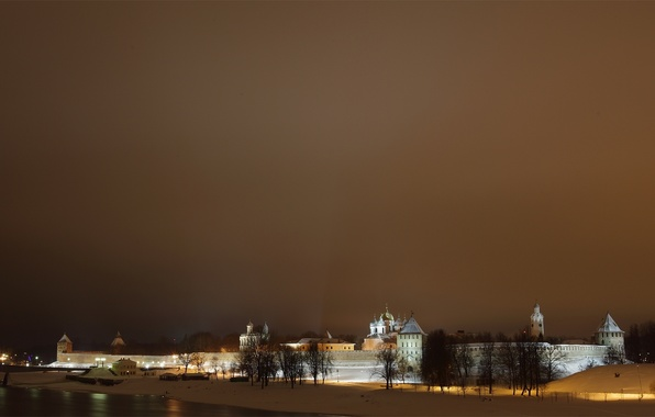 Картинка зима, небо, снег, ночь, город, река, стена, башня, кремль, башни, купола, Новгород, Новгородский Кремль, Волхов