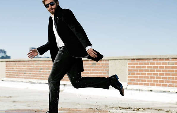 Картинка брызги, лужа, очки, костюм, актер, мужчина, Jake Gyllenhaal