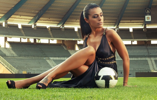 Картинка секси, футбол, стадион, football, девушка с мячом