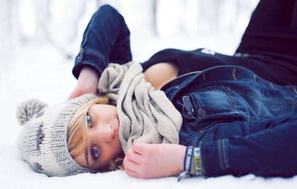 Картинка зима, глаза, взгляд, девушка, снег, лицо, шапка, шарф, лежит, джинсовая куртка