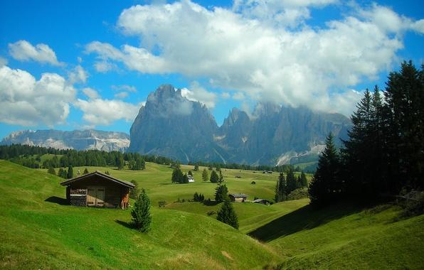 Картинка лес, небо, трава, облака, деревья, горы, холмы, домик