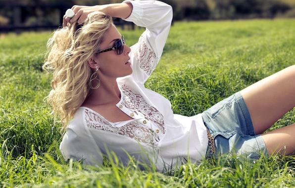 Картинка трава, девушка, модель, шорты, очки, блондинка, блузка, Ana Hickmann