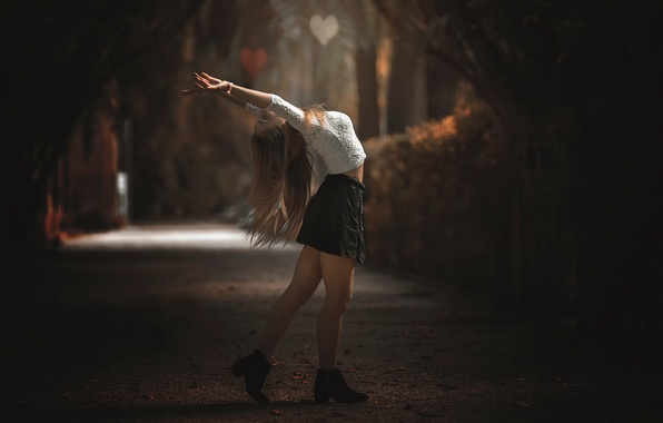 Картинка осень, девушка, радость, юбка, ножки, аллея