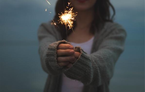 Картинка девушка, огни, свеча, руки, искры, бенгальский огонь