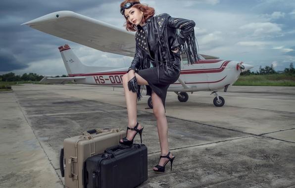 Картинка девушка, ножки, самолёт, чемоданы