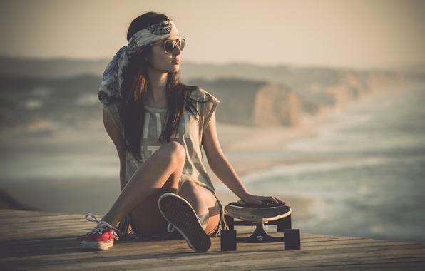 Картинка девушка, шорты, кеды, ножки, сидит, скейтборд, очки. взгляд