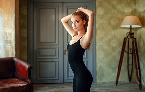Картинка girl, photo, photographer, blue eyes, model, face, room, interior, blond, body, lamp, door, couch, hips, …