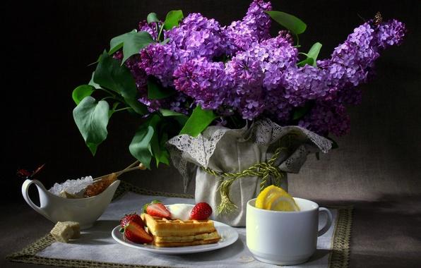 Картинка бабочки, цветы, темный фон, лимон, завтрак, клубника, чашка, сахар, натюрморт, вафли, сирень, салфетка