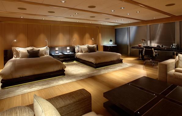 Картинка стол, комната, мебель, окна, интерьер, кресла, постель, спальня, кровати, жалюзи, тумбочки, подушки.