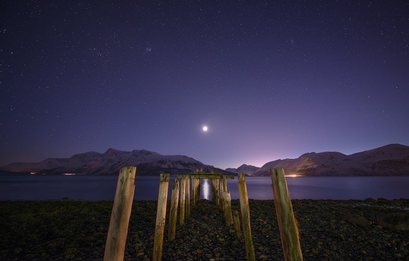 Картинка звезды, снег, горы, ночь, озеро, луна, опоры, лунная дорожка
