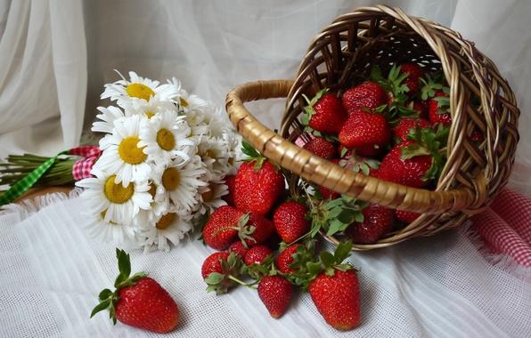 Картинка ягоды, корзина, ромашки, клубника