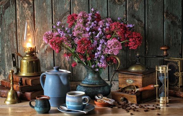Картинка цветы, книги, лампа, кофе, букет, молоко, чашка, натюрморт, колокольчик, песочные часы, кофемолка