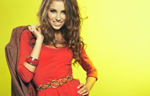 Картинка взгляд, девушка, желтый, поза, улыбка, фон, красное, платье, пояс, браслет, шатенка, Izabela Magier